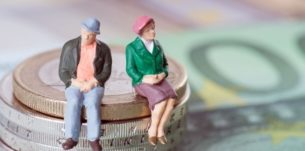 legea-care-extinde-categoriile-de-beneficiari-ai-reducerii-cu-doi-ani-a-varstei-standard-de-pensionare-s8857-305×151